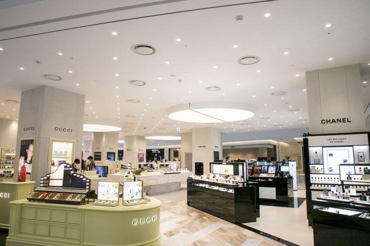 아주산업은 자사 '콘크리트 랩(Concrete Lab)'이 더현대 서울 1층 화장품 매장에 적용됐다고 20일 밝혔다. [사진 = 아주그룹]