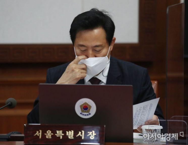 [포토] 국무회의 자료보는 오세훈 시장