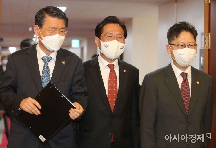 [포토] 국무회의 참석하는 은성수-성윤모-김현수