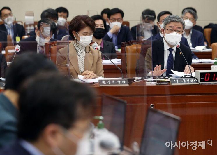 [포토] 답변하는 이재갑 장관