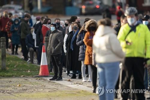 지난해 11월 코로나19 재확산 당시 영국의 리버풀. 시민들이 코로나19 검사소 앞에서 차례를 기다리며 길게 줄지어 서 있다. [이미지출처=연합뉴스]