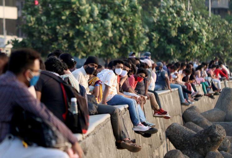 인도 뭄바이 시민들이 지난 5일(현지시간) 머린 드라이브의 산책로를 따라 다닥다닥 붙어 앉아 있다. [이미지출처=로이터연합뉴스]