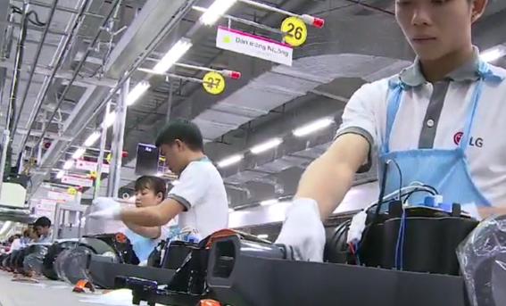 LG전자 베트남 하이퐁 캠퍼스에서 직원들이 제품을 생산하고 있다.[사진=LG전자 글로벌 뉴스룸 홈페이지]