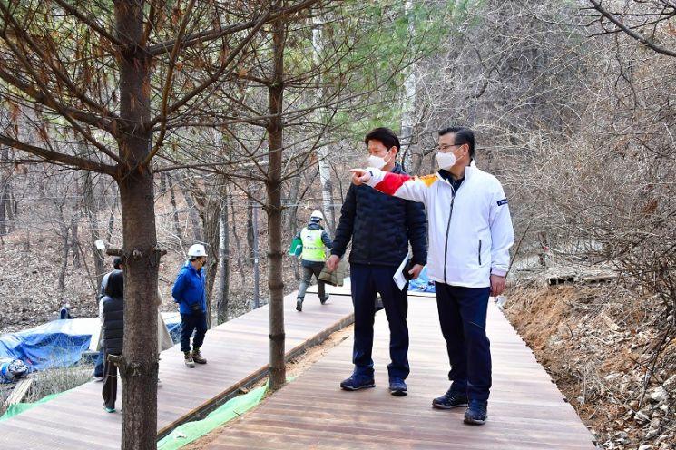 봉화산 무장애숲길 조성지를 둘러보고 있는 류경기 중랑구청장(오른쪽)