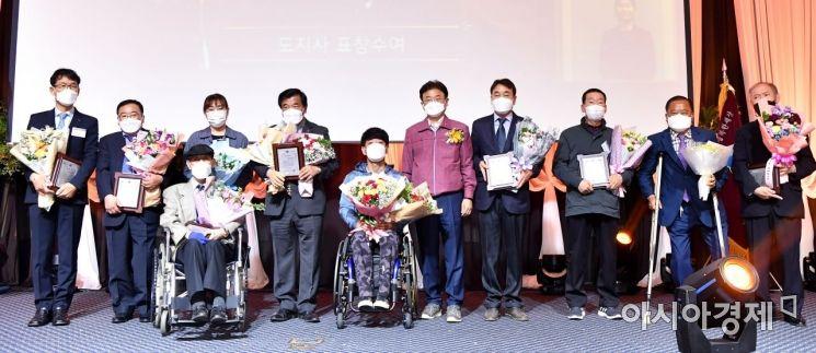 20일 구미 금오산호텔에서 열린 경북도 장애인의날 기념식에서 이철우 지사가 유공자들과 기념촬영하고 있는 모습.