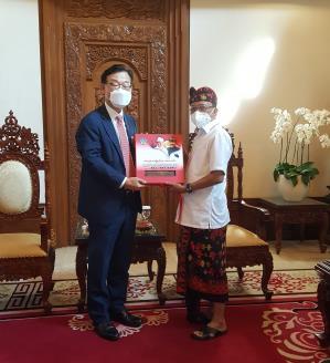 박태성(왼쪽) 주인도네시아 대사가 2020년 12월 10일 발리에서 와얀 코스테르 주지사와 만나 발리 공항 경전철 사업과 영사관 설치 관련 협력을 논의했다. [이미지출처=연합뉴스]