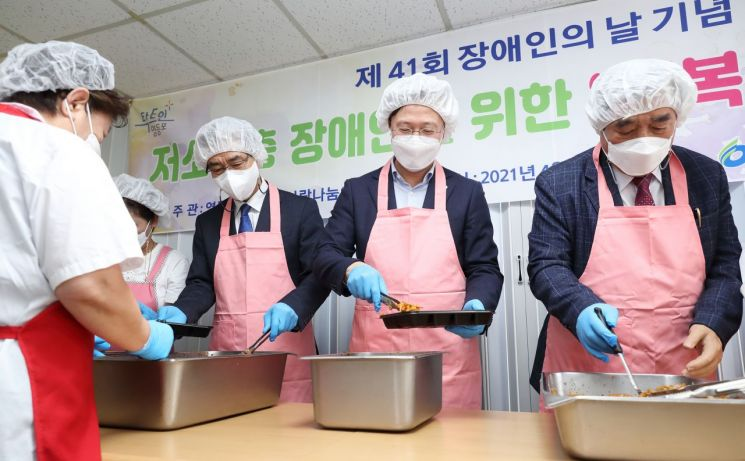 [포토]채현일 영등포구청장, 장애인사랑나눔의집 '행복도시락' 나눔 봉사