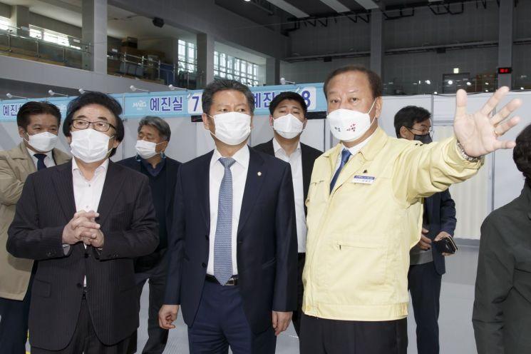 [포토]유동균 마포구청장, 정청래 국회의원과 백신접종 상황 점검