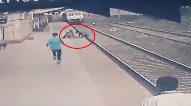 선로에 떨어진 아이를 승강장 위로 올리는 마유르 셸케. 사진=인도 철도부 트위터.