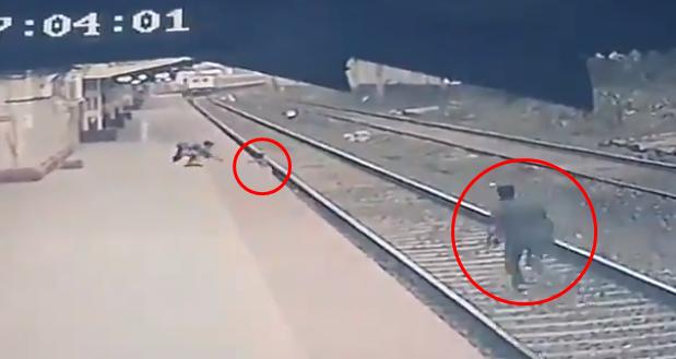 지난 17일(현지시간) 인도 방가니역 선로에 떨어진 아이를 구하기 위해 역무원 마유르 셸케가 달려오고 있다. 사진=인도 철도부 트위터.