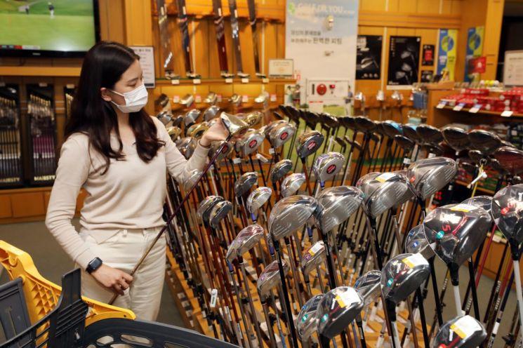 이마트가 오는 22일부터 다음달 9일까지 연중 최대 할인 프로모션과 이색 마케팅을 포함한 '봄 골프대전' 행사를 진행한다.