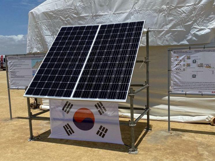 앙골라 공공 태양광 사업 행사장에 설치된 한화큐셀 태양광 모듈<회사 제공>