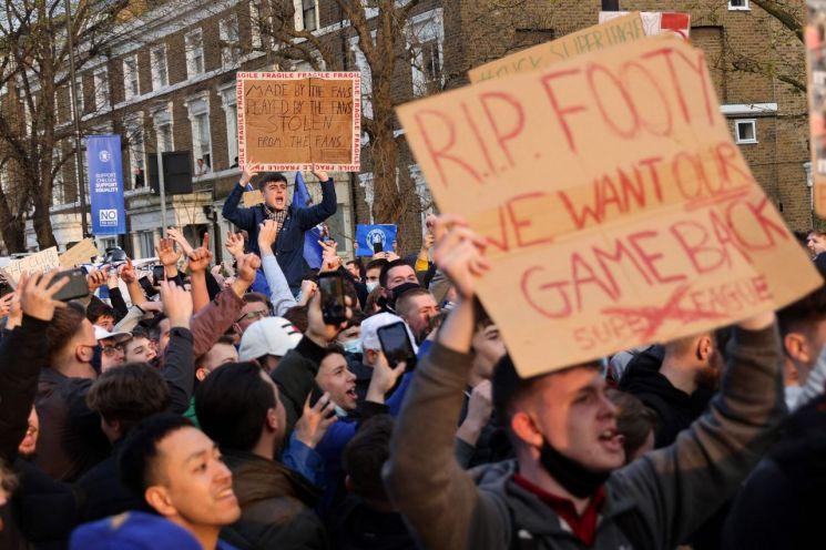 '유럽 슈퍼리그' 창립 반대 시위하는 영국 축구팬들 [이미지출처=연합뉴스]