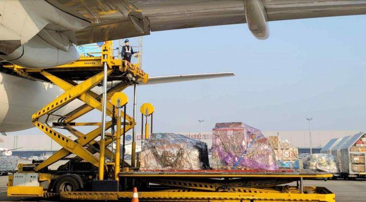 20일 한국코러스의 '스푸트니크V' 백신 2차 접종 밸리데이션 뱃지 물량이 러시아로의 발송을 위해 대한항공 비행기에 선적되고 있다. (제공=한국코러스)