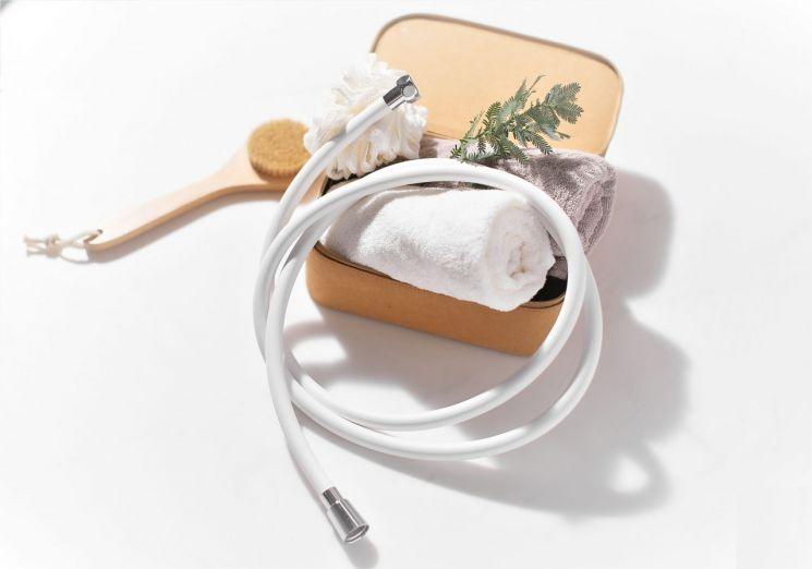 원봉의 가전 브랜드 루헨스는 향균 레이어링 PVC 소재 '라이트 샤워호스'를 출시했다고 21일 밝혔다. 사진 = 원봉 제공