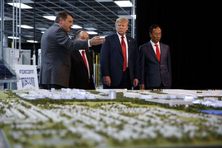▲도널드 트럼프 전 미국대통령과 궈 타이밍(오른쪽) 폭스콘 창업주 [이미지출처=AP연합뉴스]