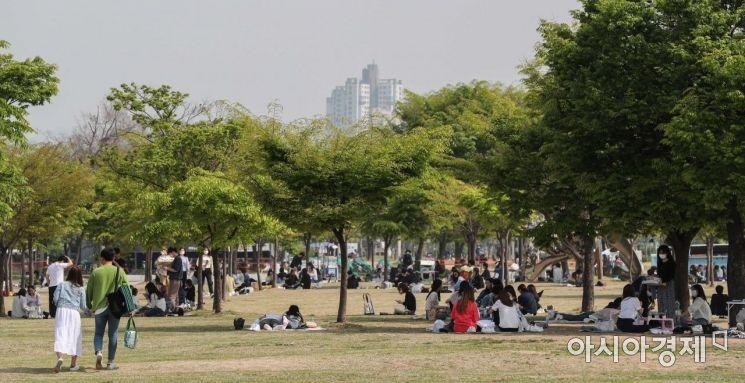 [포토]나무그늘 아래서 햇볕 피하는 시민들
