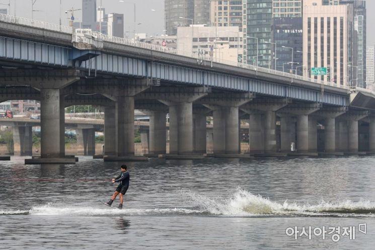 서울 한 낮 기온이 28도까지 상승하며 초여름 날씨를 나타낸 21일 서울 여의도 한강에서 한 시민이 수상레저를 즐기며 더위를 식히고 있다./강진형 기자aymsdream@