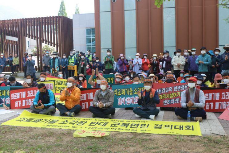 함안군민들이 21일 낙동강유역환경청 앞에서 의료폐기물 소각장 설치를 반대하는 시위를 열고 있다./박새얀 기자sy77@