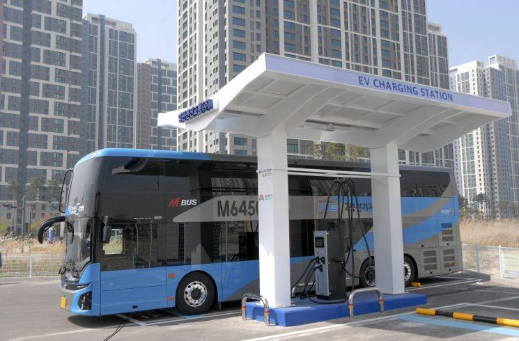 국내 첫 '2층 전기버스' 광역 노선 달린다…현대차 1호차 전달