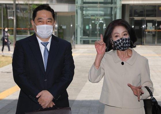 이재명 경기도지사를 상대로 손해배상청구 소송을 한 배우 김부선 씨가 강용석 변호사와 함께 21일 재판에 출석했다. /사진=연합뉴스