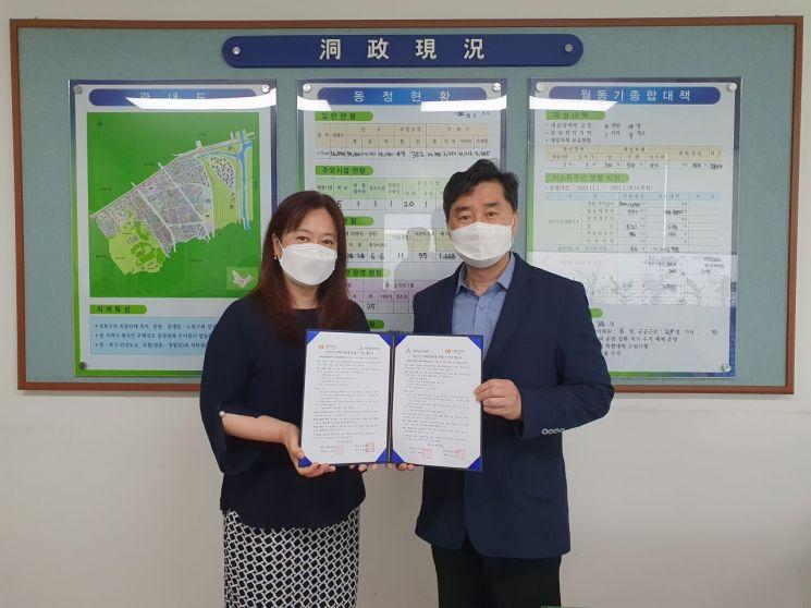 이선미 치매안심센터 총괄팀장(왼쪽)과 이대현 석관동장