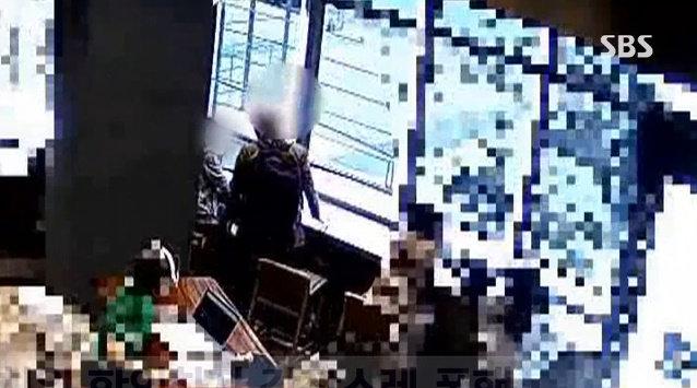 지난 5일 대구 도심 한 카페에서 일면식도 없는 남성이 여성을 무차별 폭행하고 달아나 논란이 됐다. 사진=SBS 방송화면 캡처.
