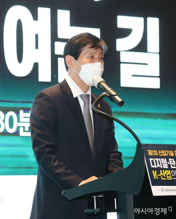 이학영 산업통상자원중소벤처기업위원회 위원장이 22일 서울 여의도 글래드호텔에서 열린 제1차 산업기술 미래포럼 '디지털·탄소중립, K-산업의 미래를 여는 길'에서 환영사를 하고 있다. /문호남 기자 munonam@