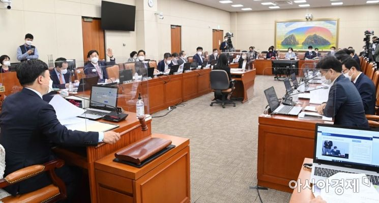 [포토] 정무위 주재하는 윤관석 위원장