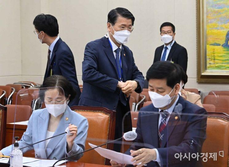 [포토] 정무위 출석하는 은성수 금융위원장