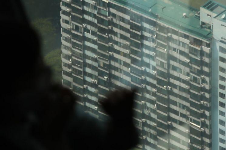 서울 송파구 롯데월드타워 전망대에서 바라본 재건축 추진 아파트 단지들 [이미지출처=연합뉴스]