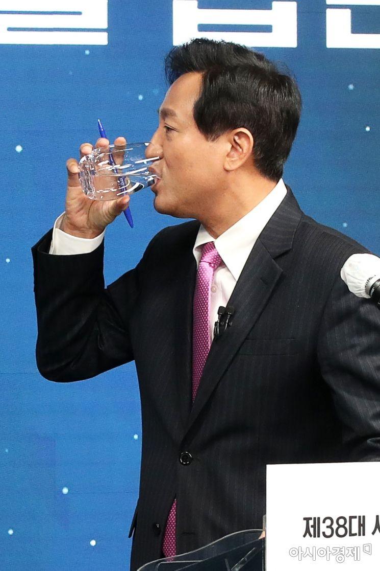 [포토]목 축이는 오세훈 시장