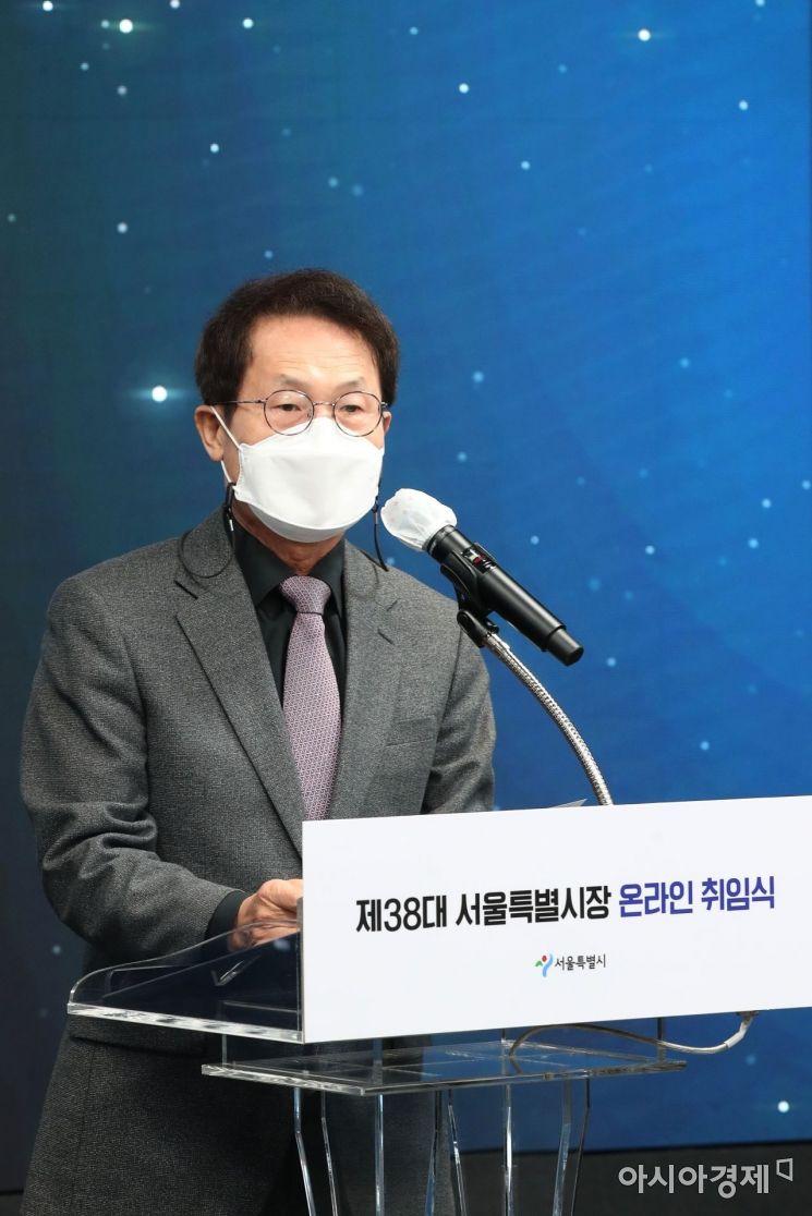 제38대 서울특별시장 온라인 취임식이 지난달 22일 오전 서울 동대문구 DDP 화상스튜디오 '서울-온'에서 열렸다. 조희연 교육감이 축하인사를 하고 있다. 20210422/ 사진공동취재단