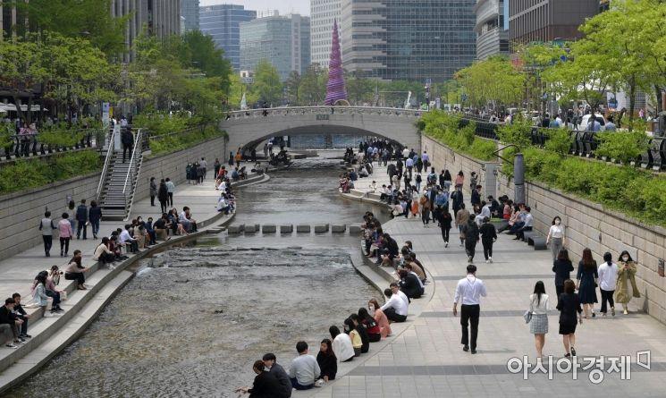 서울 낮 최고 기온이 27도까지 오르며 초여름 날씨를 보인 22일 서울 청계천을 찾은 시민들이 산책을 하고 있다./김현민 기자 kimhyun81@