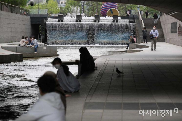 이틀째 초여름 날씨가 이어지고 있는 22일 서울 종로구 청계천에서 시민들이 더위를 식히고 있다. /문호남 기자 munonam@