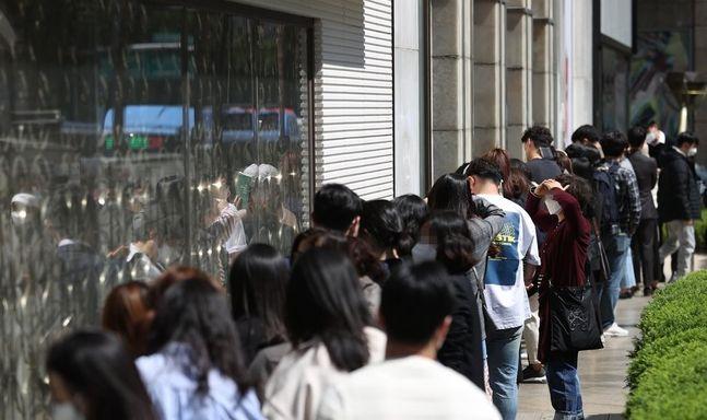 서울 중구 롯데백화점 본점 명품관 앞에 고객들이 줄지어 서있다./사진제공=연합뉴스