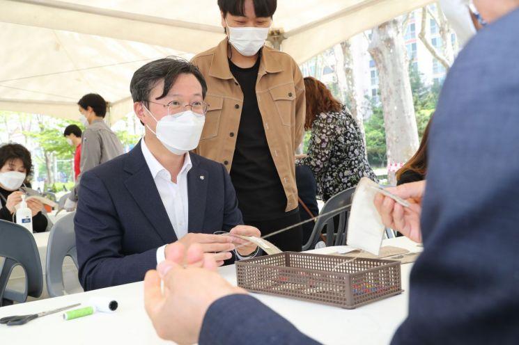 [포토]채현일 영등포구청장 '지구의 날' 기념 컵슬리브 만들기 체험