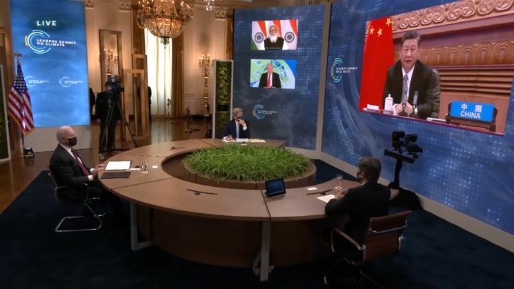 조 바이든 미국 대통령이 22일 기후변화 정상회의에서 시진핑 중국 국가주석의 발언을 지켜보고 있다.