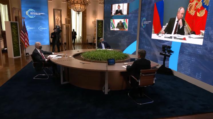 에마누엘 마크롱 프랑스 대통령의 발언이 기술적 문제로 중단된 후 화면에 등장한 블라디미르 푸틴 러시아 대통령이 주변을 두리번거리고 있다.