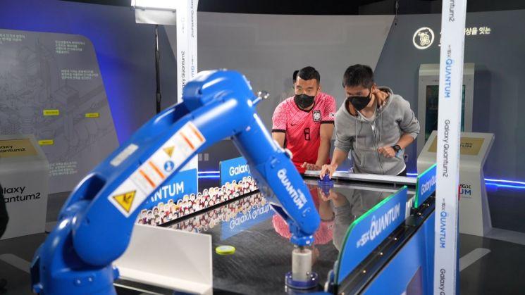 이영표, '로봇 골키퍼'와 에어하키 재대결…퀀텀2 출시 기념