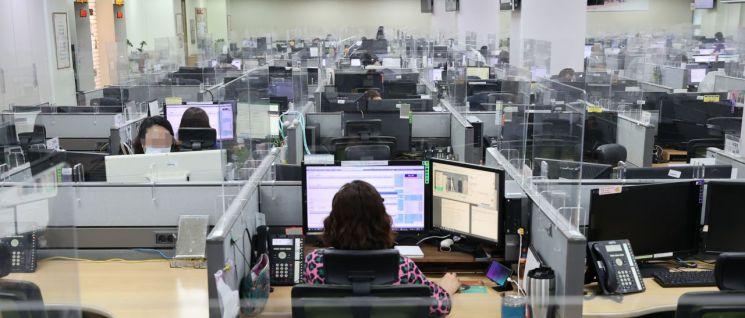 사진은 21일 오후 서울 구로구 CJ 텔레닉스 내 CJ 오쇼핑 콜센터에서 상담사들이 코로나19 거리두기 수칙을 지키며 업무를 하고 있는 모습. [이미지출처=연합뉴스]