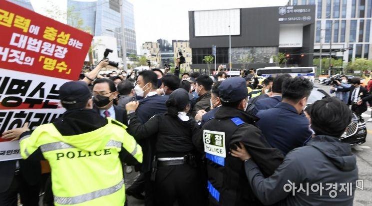 [포토] 경찰에게 저지 당하는 주호영 권한대행