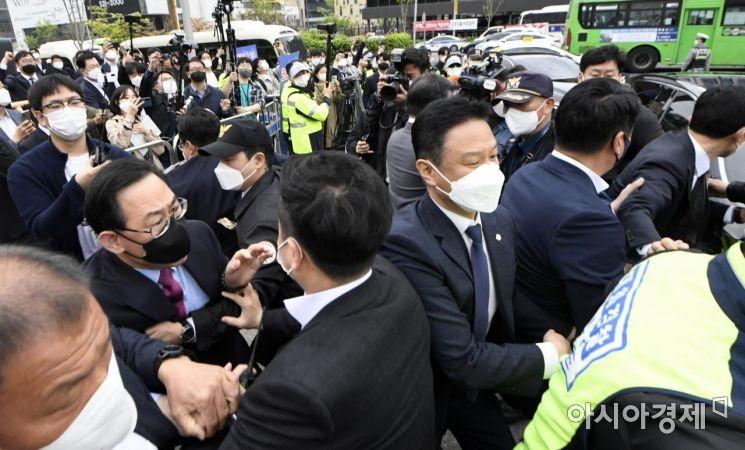 [포토] 김명수 대법원 출근 차량 저지시도하는 주호영