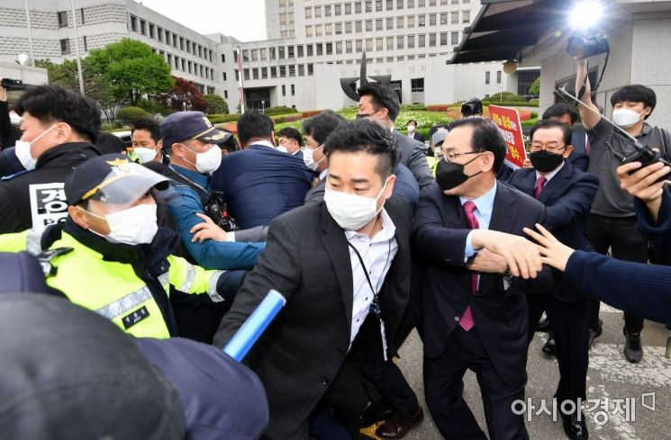 [포토] 경찰들과 몸싸움하는 주호영 대표대행