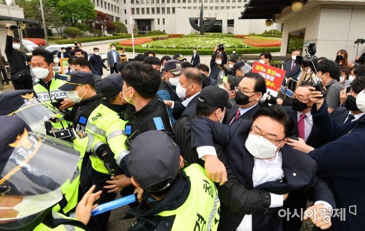 [포토] 경찰들과 몸싸움 벌이는 주호영 대표대행