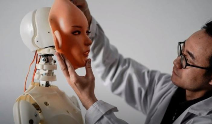 중국 리얼돌 제작업체 'Exdoll(엑스돌)'은 인공지능(AI), 음성인식 기능 등을 탑재한 첨단 리얼돌을 개발하겠다고 밝혀 논란이 불거진 바 있다. / 사진=유튜브 캡처
