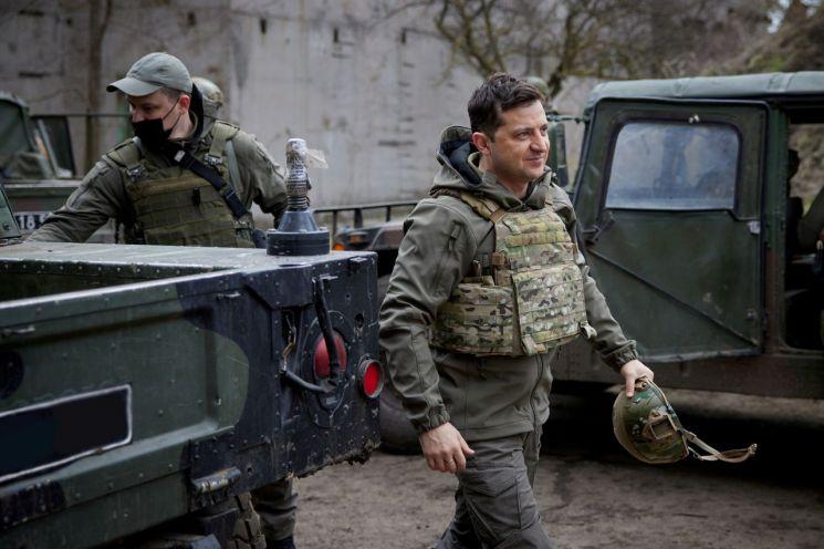 우크라이나의 볼로디미르 젤렌스키 대통령이 돈바스 지역을 방문한 모습 [이미지출처=로이터연합뉴스]