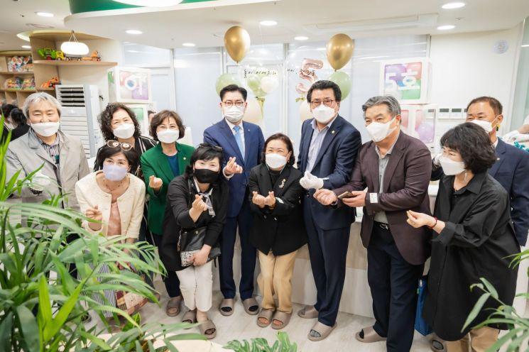이정훈 강동구청장이 22일 오후 '아이·맘 강동 5호 암사점' 개소식에 참석해 기념사진 촬영을 했다.