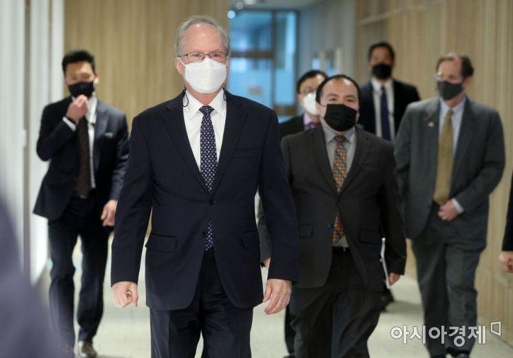 [포토] 서울시장실 들어서는 로버트 랩슨 주한미국대사 대리