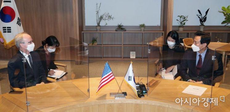 [포토] 서울시청 찾은 로버트 랩슨 주한 미국대사 대리